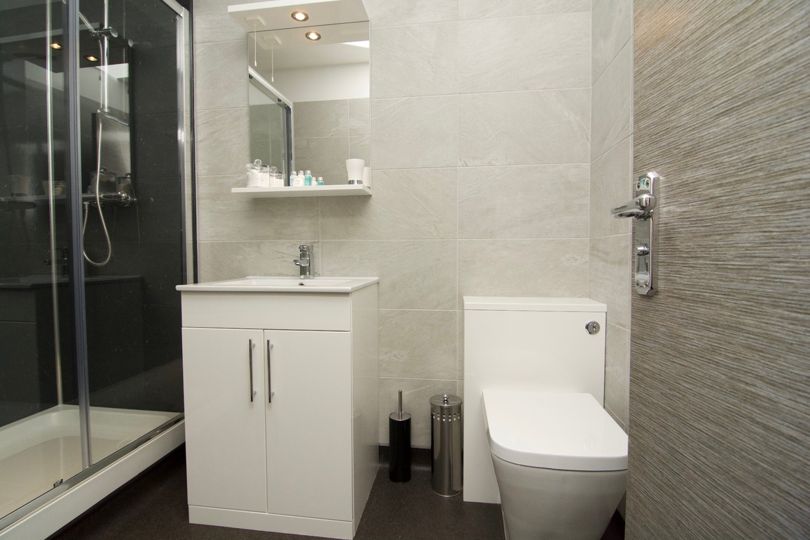 apartments to rent like a hotel in Harrogate bathroom